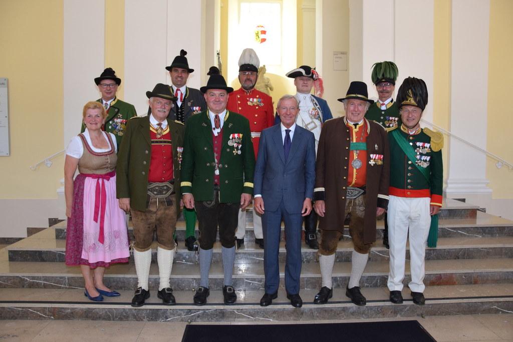 LH Wilfried Haslauer im Bild mit dem Vorstand der Salzburger Schützen.
