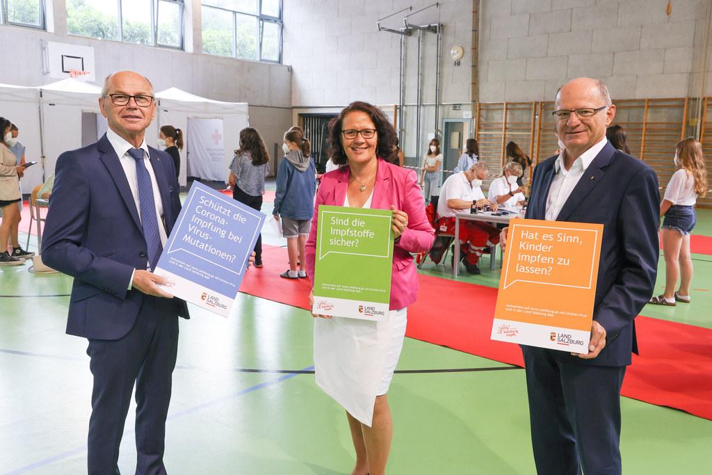 LH-Stv. Christian Stöckl und LR Daniela Gutschi haben sich heute mit Bildungs-Dir. Rudolf Mair selber ein Bild über die Corona-Schulimpfaktion in Salzburg-Nonntal gemacht. Mit dabei: Beispielfragen der Online-Infokampagne des Landes.