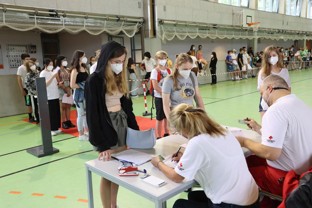 Rund 150 Schülerinnen und Schüler haben dieses Angebot mit dem Impfstoff von Biontech am Donnerstagvormittag genutzt. Die Impfstraße wird vom Roten Kreuz Salzburg betrieben.