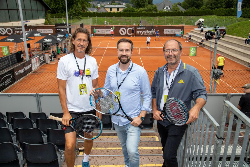 Veranstalter Gerald Mandl, LR Stefan Schnöll und Turnierdirektor Günter Schwarzl überzeugten sich von der sportlichen Qualität beim Tennisturnier in Anif.