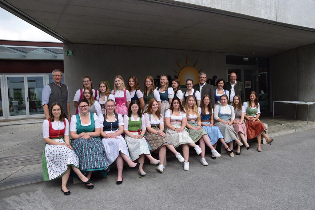 Die Abschlussklasse der Landwirtschaftlichen Fachschule Winklhof des Fachbereichs Betriebs- und Haushaltsmanagement bestanden acht Schülerinnen mit Auszeichnung und zwei mit gutem Erfolg. LR Schwaiger gratulierte herzlich.