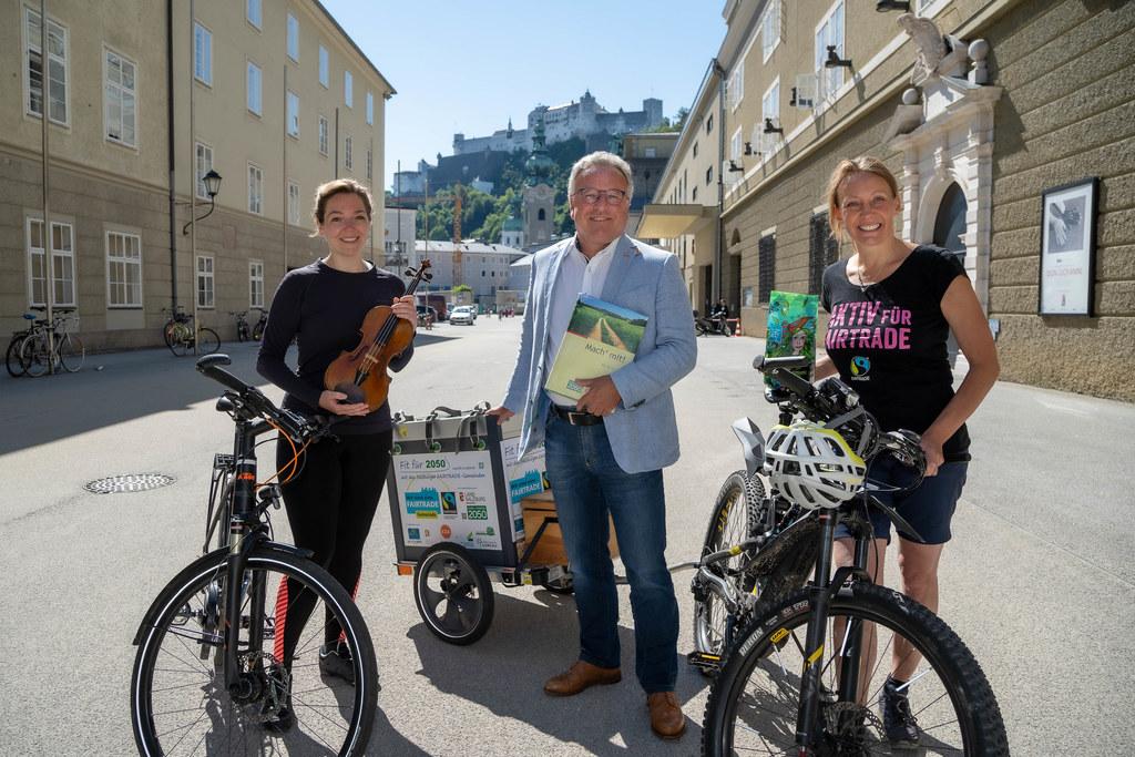 Radeln für Klima und Kultur: LH-Stv. Heinrich Schellhorn gratulierte Violinistin Franziska Strohmayr und Fairtrade-Botschafterin Karin Hörmanseder zur gelungenen Aktion.