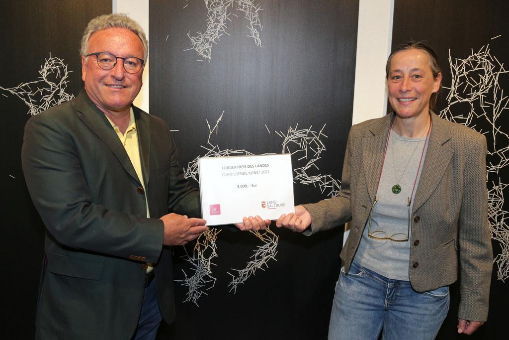 LH-Stv. Heinrich Schellhorn überreichte den Förderpreis des Landes für Bildende Kunst an Andrea Lacher-Bryk.