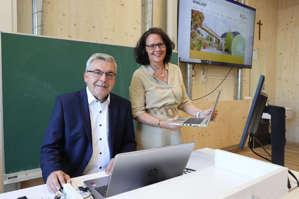 LR Josef Schwaiger und LR Daniela Gutschi starteten in Winklhof (Oberalm) die Übernahme der Landwirtschaftsschulen und Berufsschulen in das IT-Netz der Landesinformatik.