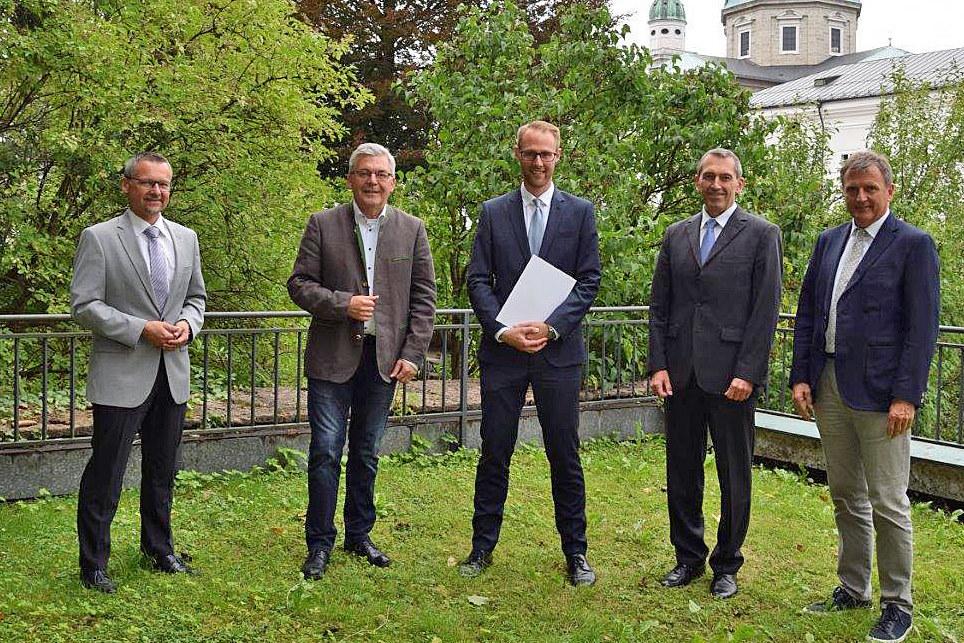 LR Josef Schwaiger überreichte Matthias Stöckl (Mitte) im Beisein von Abteilungsleiter Manfred Huber, Landesamtsdirektor Sebastian Huber und Karl Premißl (Leiter Fachbereich Personal) das Dekret für die Leitung des Budgetreferats.