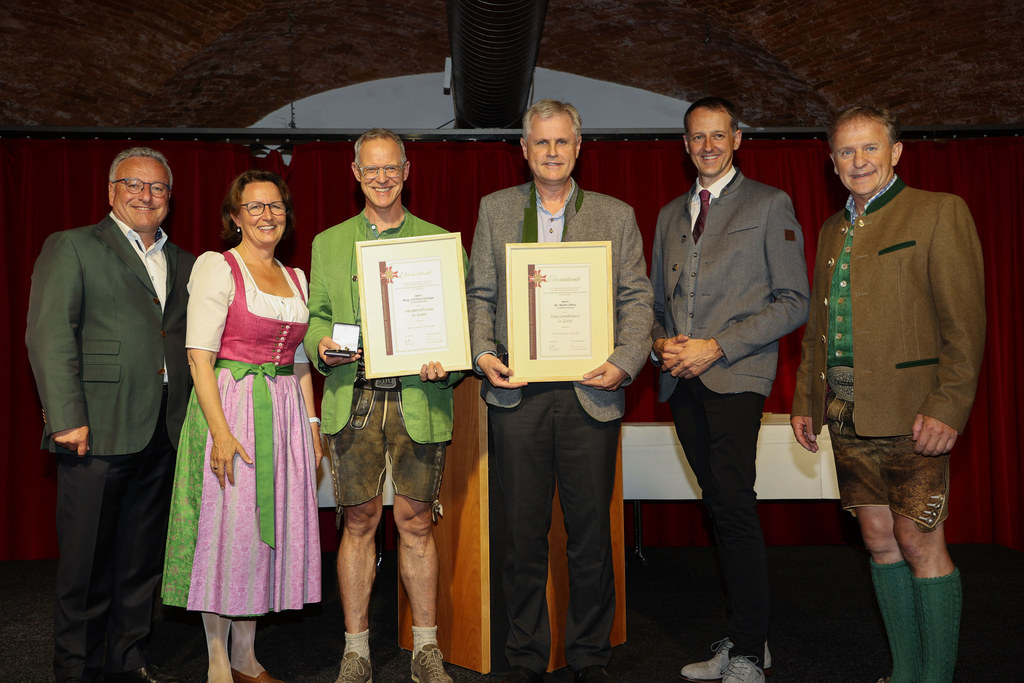 Christian Hörbiger und Martin Ottino erhielten das Verdienstzeichen in Gold. LH-Stv. Heinrich Schellhorn, Lucia Luidold (Referatsleiterin Volkskultur), Landeskapellmeister Roman Gruber(2.v.r.) und Landesobmann Hois Rieger(r.) gratulieren.