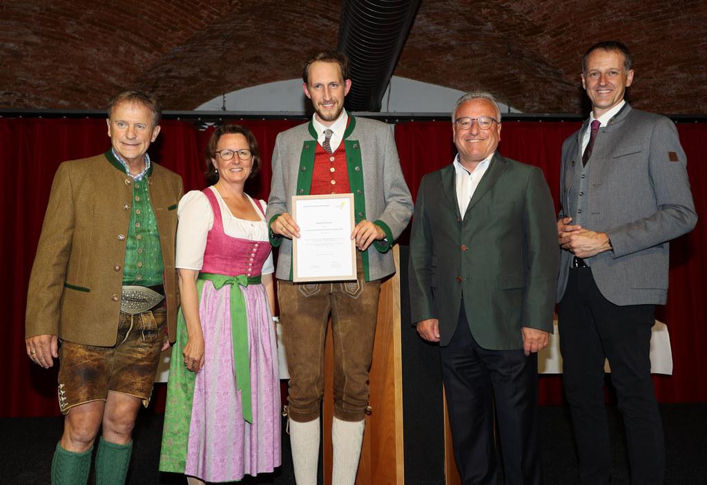 Jakob Gruchmann (Mitte) wurde als Sieger beim Blasmusik-Kompositionswettbewerb ausgezeichnet. Es gratulierten Landesobmann Hois Rieger, Lucia Luidold (Referatsleiterin Volkskultur), LH-Stv. Heinrich Schellhorn und Landeskapellmeister Roman Gruber.
