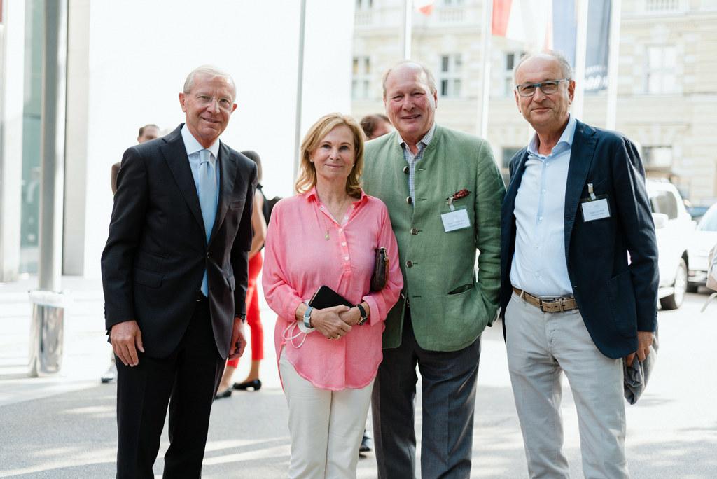 LH Wilfried Haslauer besuchte den Salzburg Summit und traf dort unter anderem mit Gabi Spiegelfeld, gemeinsam mit der Industriellenvereinigung Mitinitiatorin des Treffens, sowie Georg Spiegelfeld und Eduard Lechner (Universität Wien) zusammen.