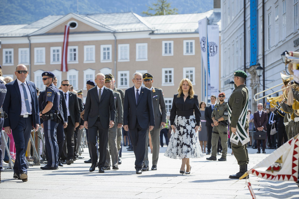 Mit militärischen Ehren empfing LH Wilfried Haslauer BP Alexander Van der Bellen und die Präsidentin der Slowakischen Republik, Zuzana Caputová, auf dem Residenzplatz zur Festspieleröffnung 2021.