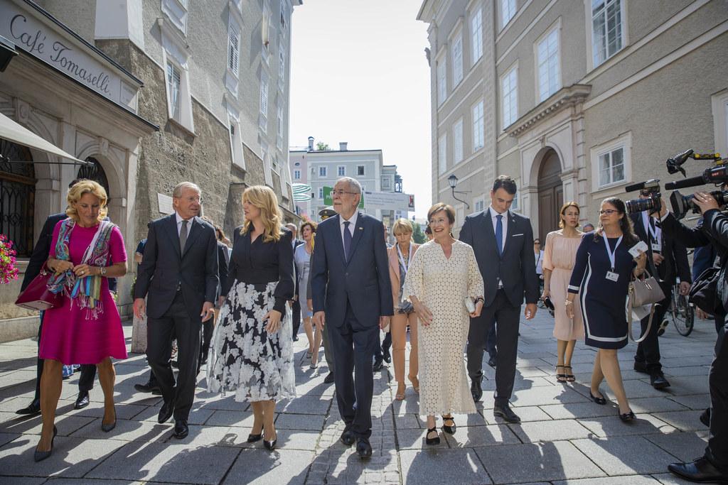 Christina Haslauer, LH Wilfried Haslauer, Zuzana Caputová (Präsidentin Slowakei), BP Alexander Van der Bellen und Gattin Doris Schmidauer in der Salzburger Altstadt auf dem Weg zum Eröffnungsfestakt.
