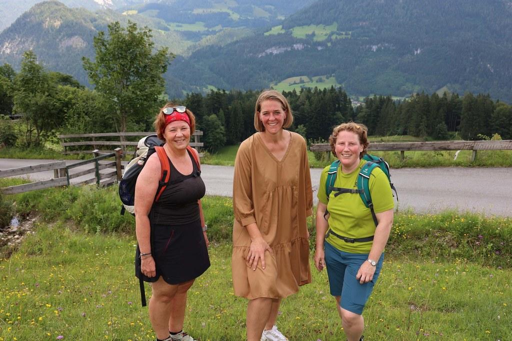 LR Andrea Klambauer, Angelika Hofer (Vzbgm. Lofer), Barbara Niehues (GF Kokon) und zahlreiche weitere Politikerinnen wanderten auf die Loderbichlalm und kamen dabei zu einem regen Gedankenaustausch.