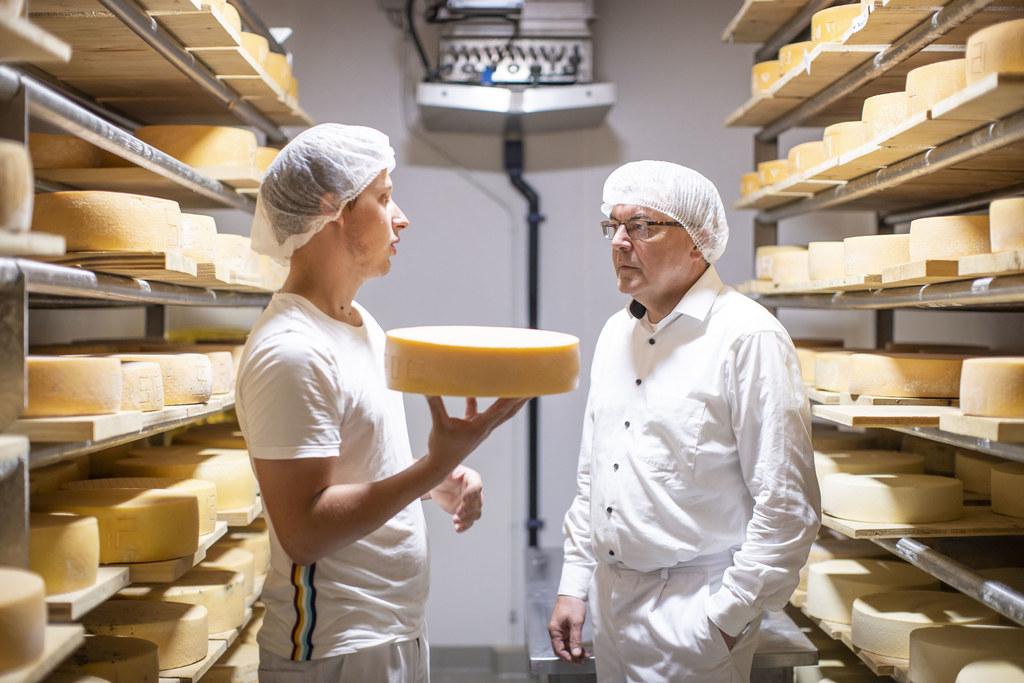 """Kennenlernen, wie Hochwertiges aus Milch hergestellt wird: LR Josef Schwaiger in der Schaukäserei """"Bio aus dem Tal"""" in Kleinarl mit dem angehenden Käsemeister Markus Schaidreiter."""