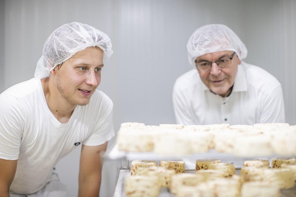 Neue Vermarktungschancen für kleine regionale Betriebe bietet der Zusammenschluss von drei leidenschaftlichen Käseproduzenten. Im Bild Markus Schaidreiter mit LR Josef Schwaiger.