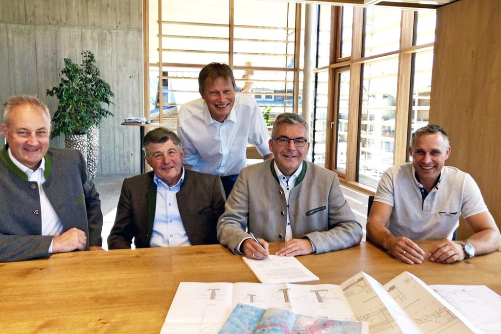 Im Juli traf das Hochwasser Uttendorf, schon im September wurden die neuen Maßnahmen fixiert. Im Archivbild: Florian Rudolf-Miklau (WLV Österreich), Jakob Brugger (Wassergenossenschaft), Leonhard Krimpelstätter (WLV Salzburg), LR Josef Schwaiger und Bgm. Hannes Lerchbaumer.