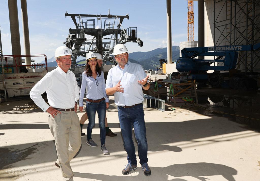 LH Wilfried Haslauer, Christina König und Wolfgang Hettegger (Bergbahnen Wagrain) bei der Besichtigung der Baustelle.