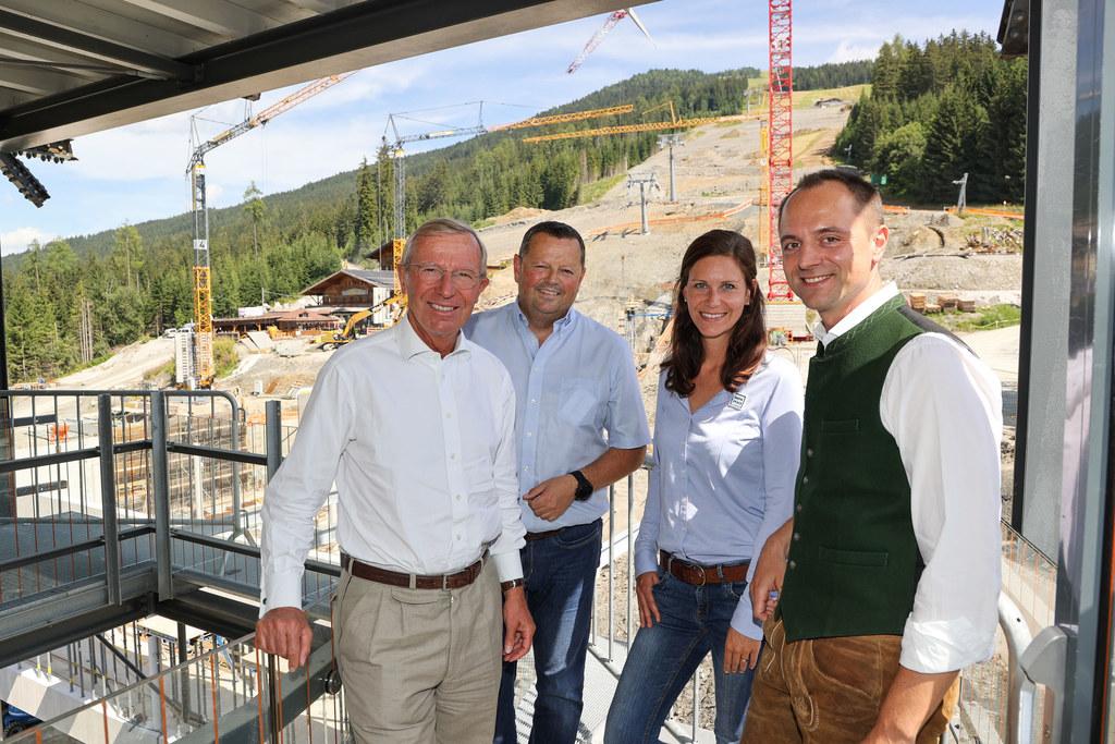 LH Wilfried Haslauer, Wolfgang Hettegger und Christina König (Bergbahnen Wagrain) sowie Bgm. Axel Ellmer bei der Besichtigung der Baustelle.
