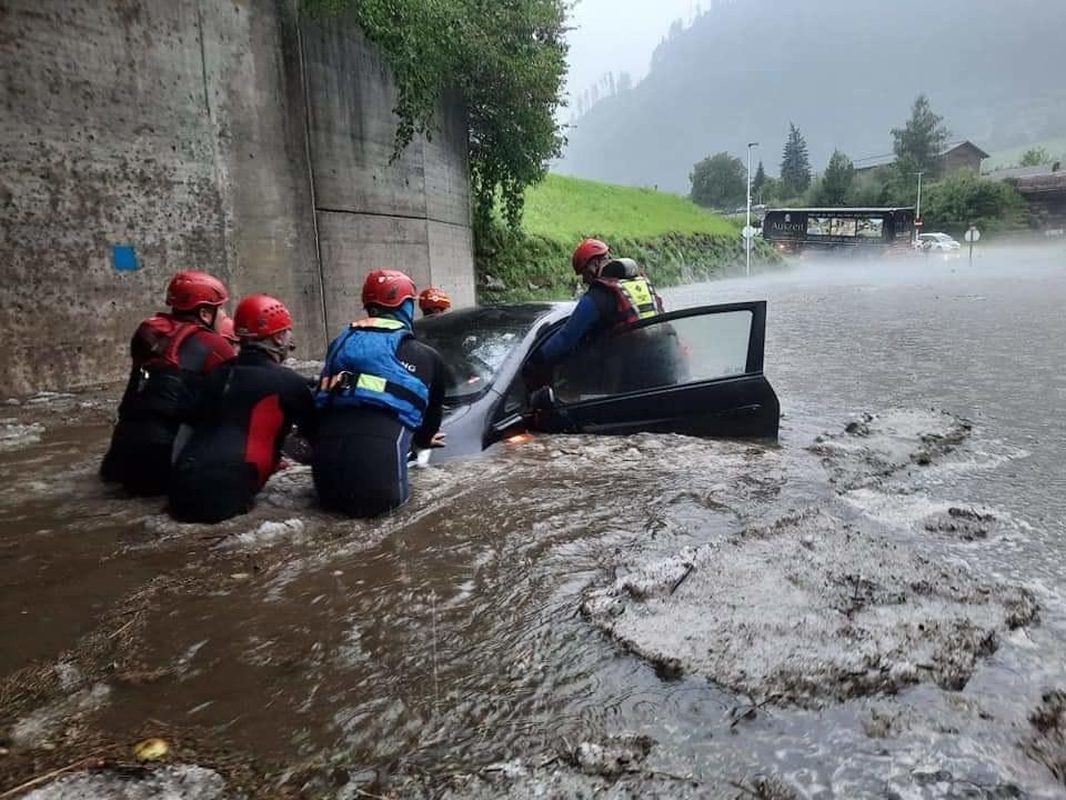 In St. Johann wurden von den Einsatzkräften zahlreiche Autos aus überfluteten Unterführungen geborgen.