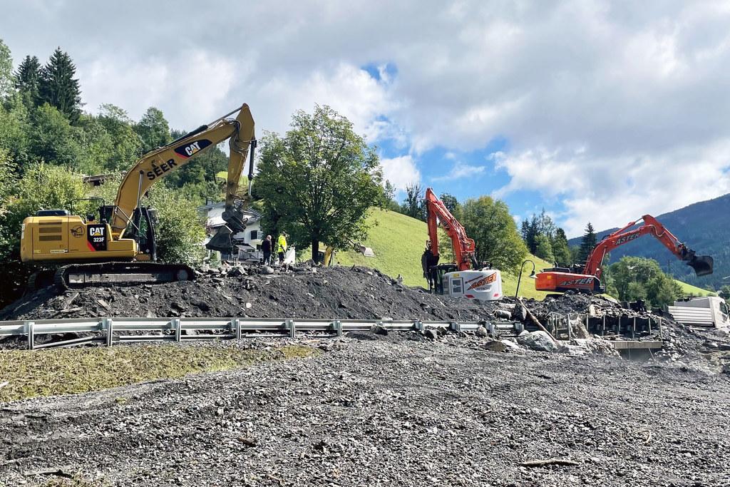 Mit schwerem Gerät wird die Verkehrsverbindung im Pongau derzeit vom Schutt befreit.