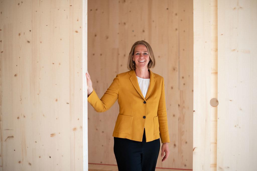 """LR Andrea Klambauer: """"Dieses Projekt zeigt, dass auch ein mehrgeschoßiger Wohnbau aus Holz möglich ist und viele Vorteile bietet. Diese Konstruktionsart ist nachhaltig und die Lebensqualität in diesen Objekten wird hervorragend sein."""""""
