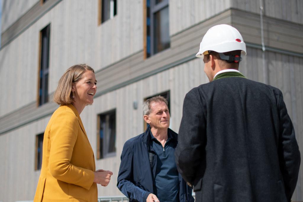 """LR Andrea Klambauer hat gestern Salzburgs größten mehrgeschossigen Holzwohnbau besichtigt: """"Durch die gestiegenen Zuschüsse der Wohnbaunovelle liefern wir jetzt für Bauträger und Architekten einen konkreten Anreiz umzustellen und den Holzanteil zu erhöhen."""""""