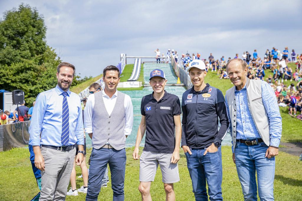 LR Stefan Schnöll, Mario Stecher, Andreas Goldberger, Mario Seidl und Wolfgang Becker bei der sonnigen Eröffnung der Schanzenanlage im ULSZ Rif.