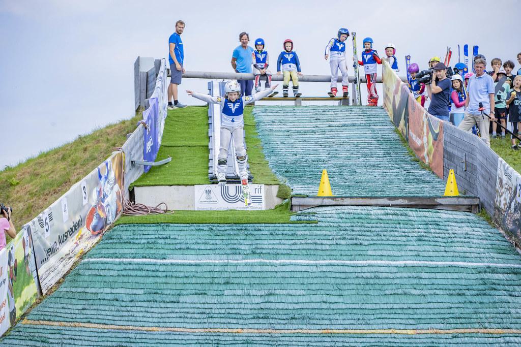 """Erstmals wurde bei der Aktion """"Jugend zum Sport"""" Skispringen angeboten. Zum Abschluss gab es auch schon den ersten Bewerb auf der kleinsten zertifizierten Schanze der Welt."""