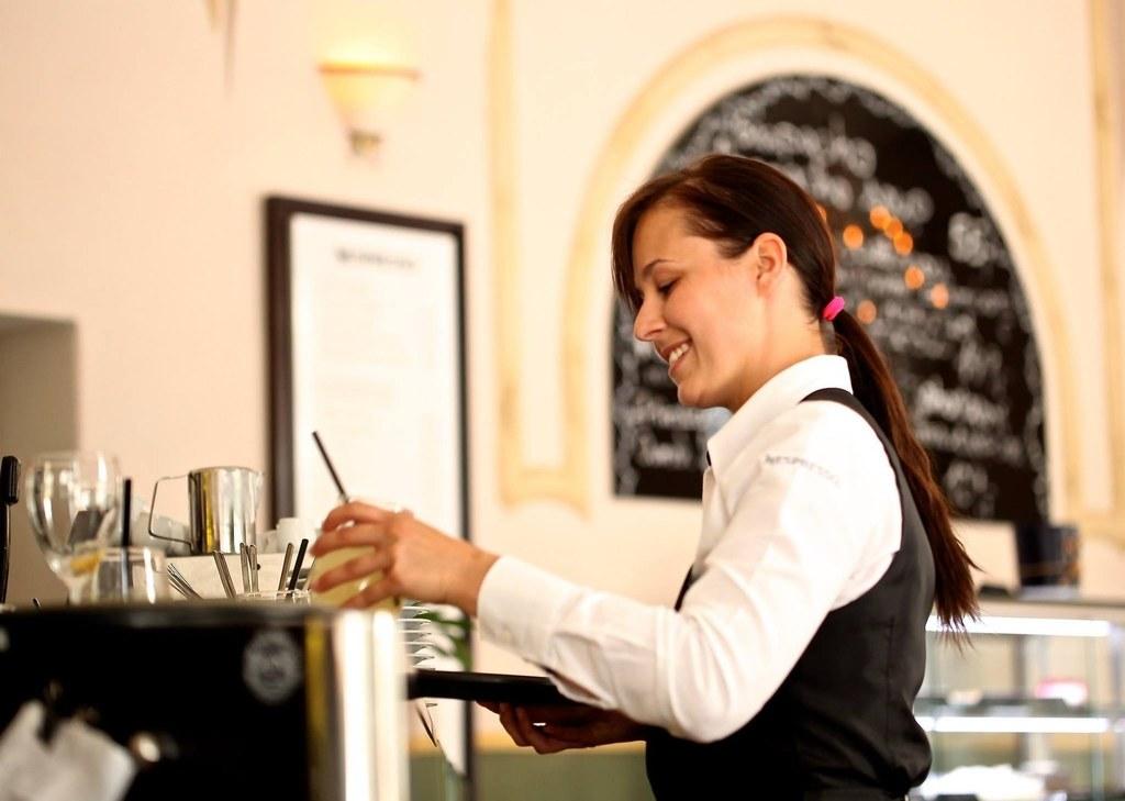Mit der österreichweit zweitniedrigsten Arbeitslosenquote von 3,7 Prozent und knapp einem Drittel weniger Personen ohne Job als noch im Vorjahres-August erholt sich der Salzburger Arbeitsmarkt weiter kräftig von der Coronakrise - den stärksten Rückgang an Beschäftigungslosen verzeichnet der Tourismus mit einem Minus von 51,6 Prozent.