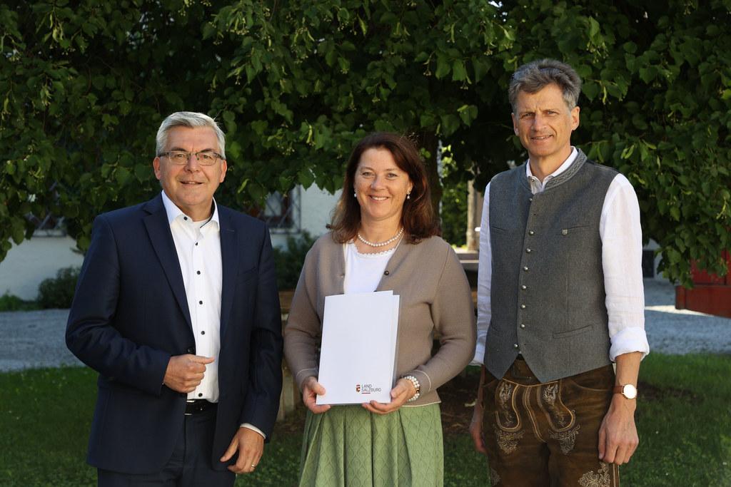 Die LFS Kleßheim bleibt in Lungauer Händen: LR Josef Schwaiger mit der neuen Direktorin Walburga Kaiser aus Mariapfarr und Vorgänger Johann Eßl aus Mauterndorf.