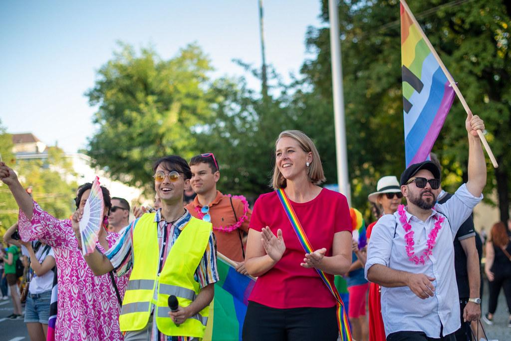 LR Andrea Klambauer und ganz Salzburg zeigten beim Pride-Weekend am Wochenende auch heuer wieder Regenbogenflagge.
