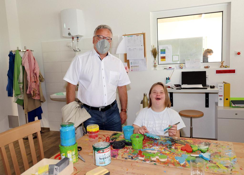 LH-Stv. Heinrich Schellhorn mit einer Klientin des Caritas Dorfs St. Anton.