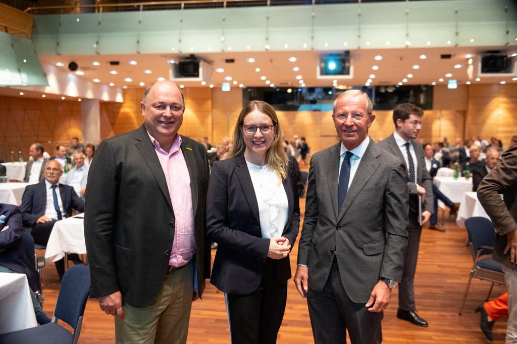 LH Wilfried Haslauer beim Auftakt zur Wirtschaftsstandort-Bundesländertour mit Andreas Klauser (GF Palfinger) und BM Margarete Schramböck.