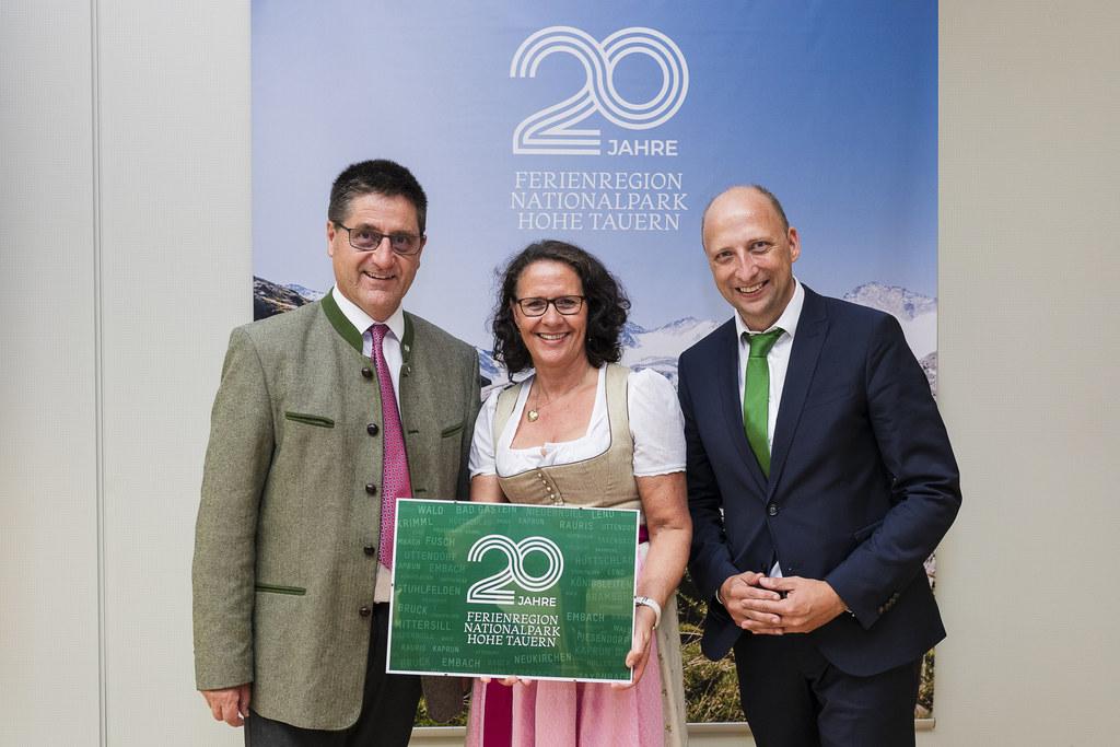 LR Daniela Gutschi  feierte mit Bgm. Michael Obermoser (Aufsichtsratsvorsitzender) und GF Roland Rauch 20 Jahre Ferienregion Nationalpark Hohe Tauern.