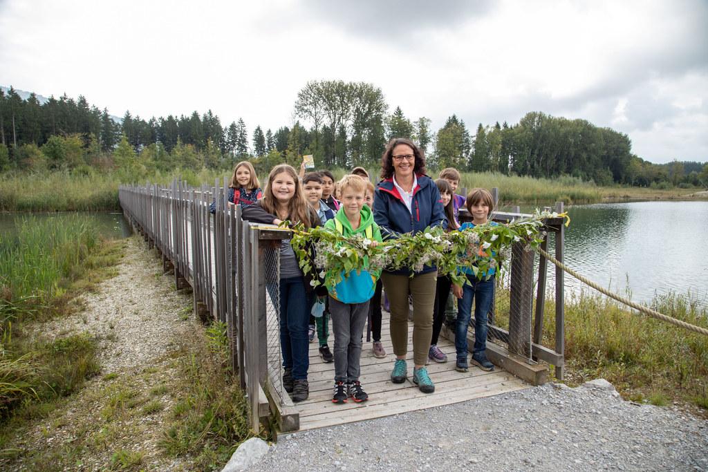 LR Daniela Gutschi eröffnete den Auenerlebnisweg im bisher größten Naturschutzprojekt Salzachauen. Die Kinder der Volksschule Oberndorf warteten voller Vorfreude darauf, die Auen erkunden zu können.
