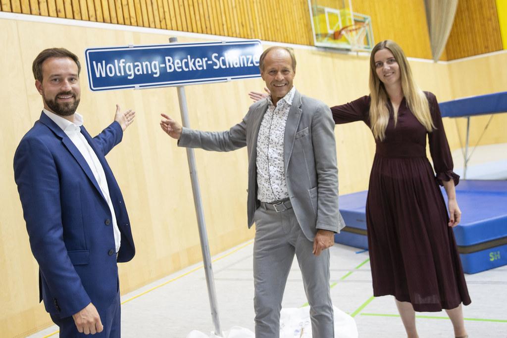 """LR Stefan Schnöll dankte Langzeit-Direktor Wolfgang Becker, der sich über eine eigene """"Schanze"""" freuen durfte. Re. im Bild die neue Direktorin Sabrina Rohrmoser."""
