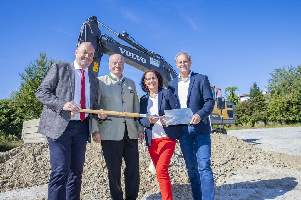 LR Daniela Gutschi mit Bgm. Joachim Maislinger, Christian Struber und Roland Wernik (beide Salzburg Wohnbau) beim Spatenstich.