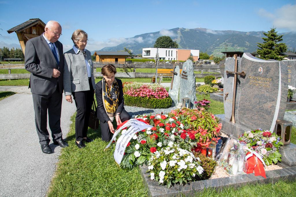 LTP Brigitta Pallauf mit dem ehemaligen LH Franz Schausberger und Hilde Griessner, Gattin des verstorbenen Landtagspräsidenten, bei der Kranzniederlegung.
