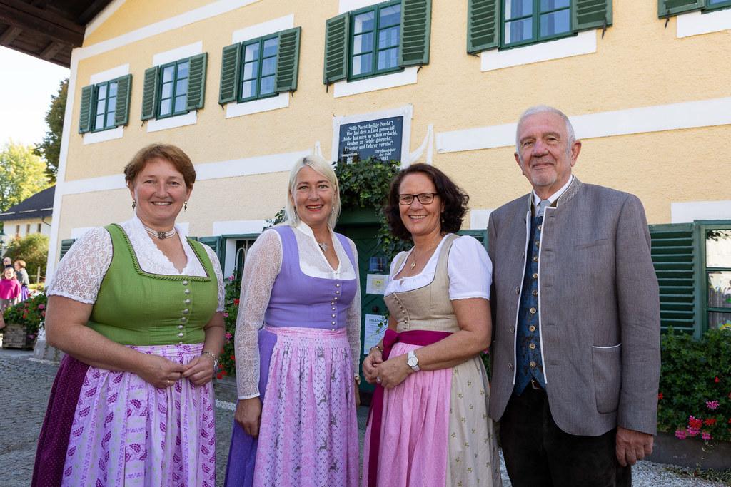 LR Daniela Gutschi (3. v.l.) beim Stelldichein vor dem 250 Jahren alten Schulhaus von Arnsdorf mit Bgm. Andrea Pabinger (Lamprechtshausen), Direktorin Michaela Kreinbucher, und Bgm. Werner Fritz (Göming).