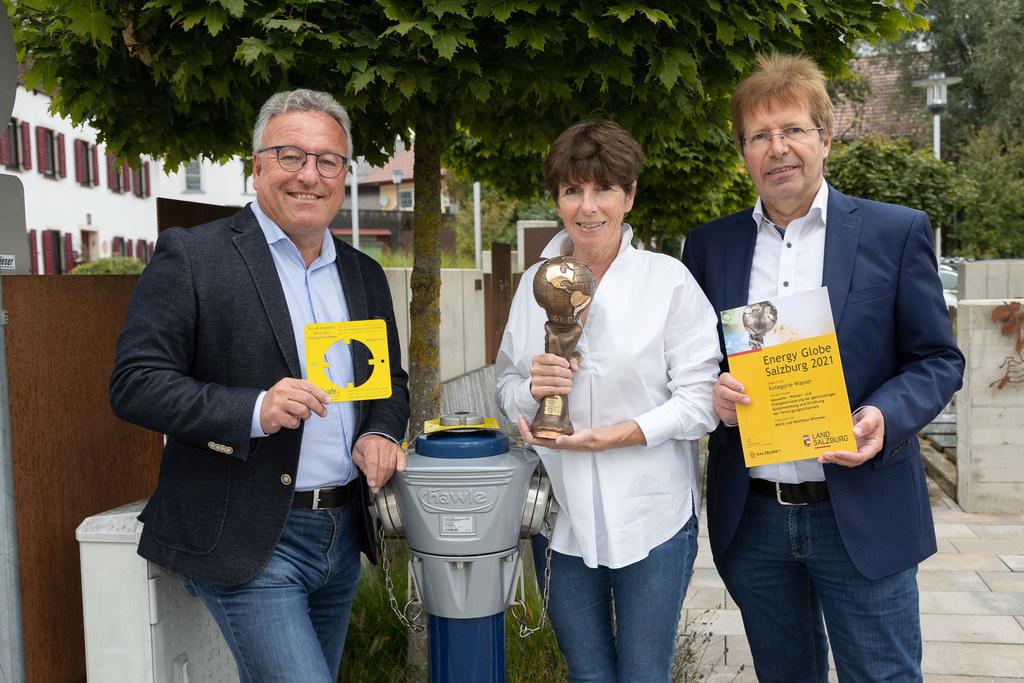 LH-Stv. Heinrich Schellhorn gratuliert Maria und Matthäus Wimmer zum Gewinn des Energy Globe in der Kategorie Wasser.