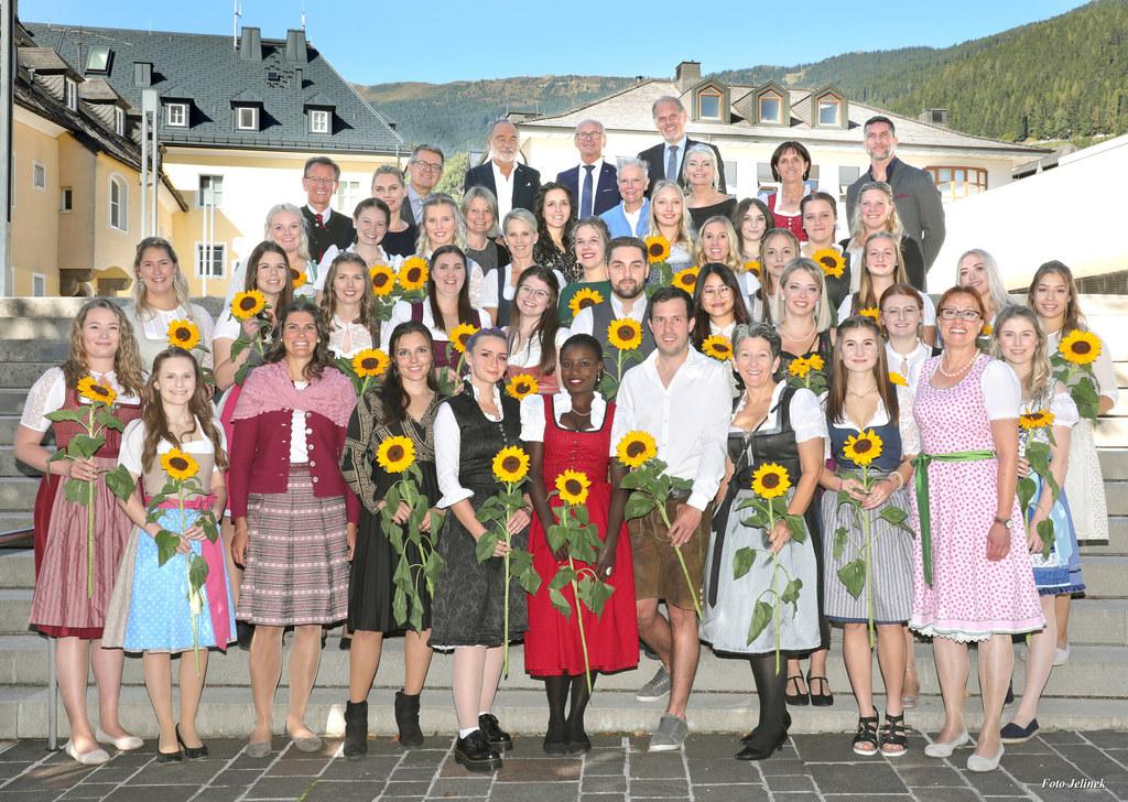 Begehrte Ausbildung: Das ist der Diplomjahrgang 2021 der Gesundheits- und Krankenpflegeschule des Tauernklinikums Zell am See mit LH-Stv. Christian Stöckl als Ehrengast (oben Mitte).
