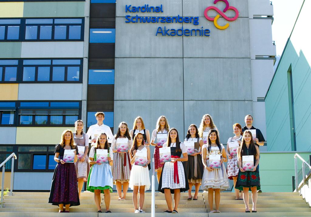 15 neue Diplompflegekräfte haben Ende September ihren Ausbildungsabschluss an der Kardinal Schwarzenberg-Akademie gefeiert.