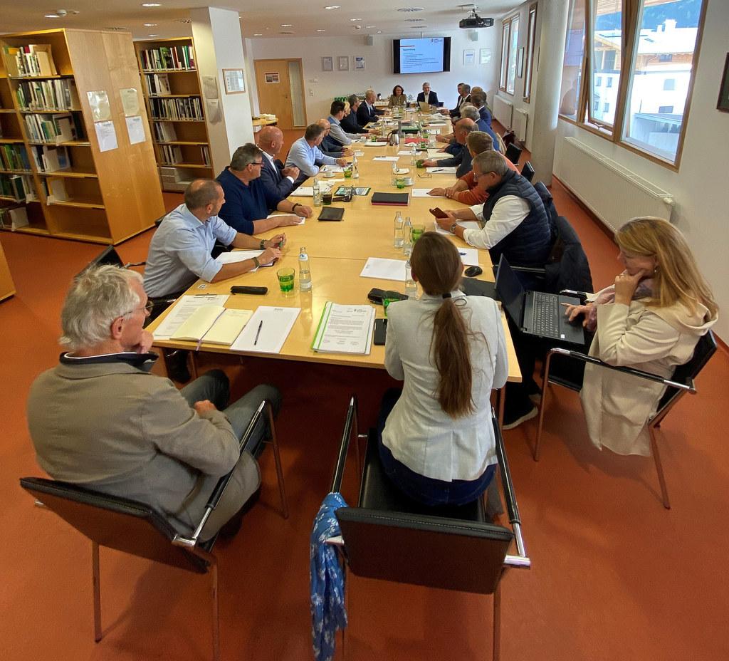 Bürgermeister des Oberpinzgaus, Interessenvertreter und Fachleute erörtern mit LRin Daniela Gutschi und LR Josef Schwaiger Maßnahmen für mehr Schutz vor Hochwasser.