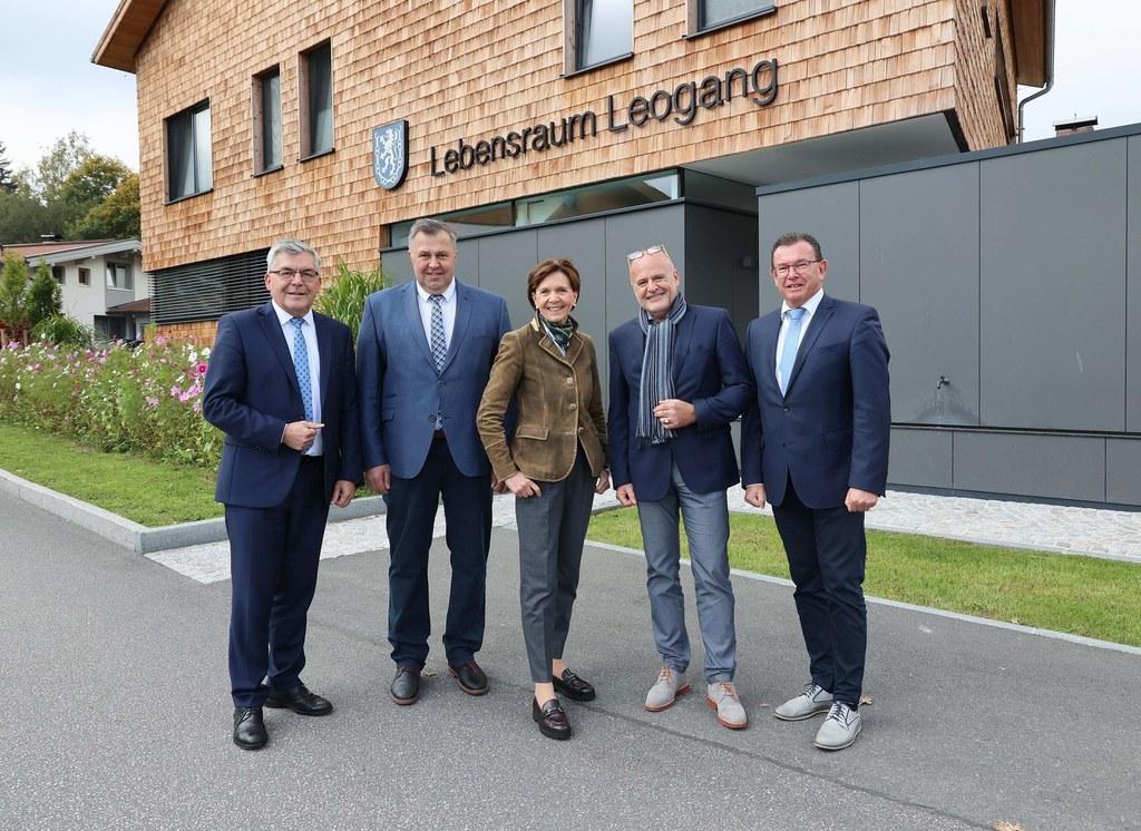 LR Josef Schwaiger, Bgm. Josef Grießner, LTP Brigitta Pallauf, Peter Illmer (Vorstand Senator Wittschier Privatstiftung) und Karl Schwaiger (Obmann Hospizbewegung Salzburg) eröffneten das neue Tageshospiz in Leogang.