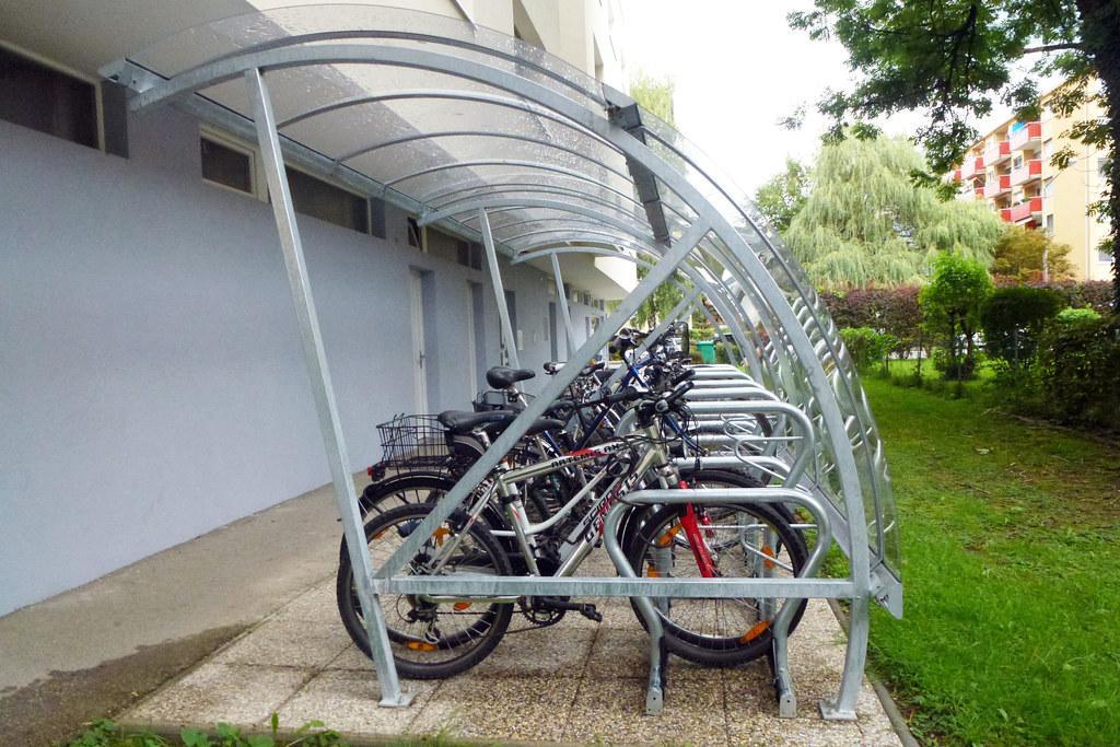 """Das Land Salzburg unterstützt überdachte Radabstellanlagen mit bis zu 100 Euro. """"Mit Hilfe dieser Förderung liefern wir einen weiteren sinnvollen Anreiz weg vom Auto und Individualverkehr hin zum Fahrrad"""", so LR Stefan Schnöll."""