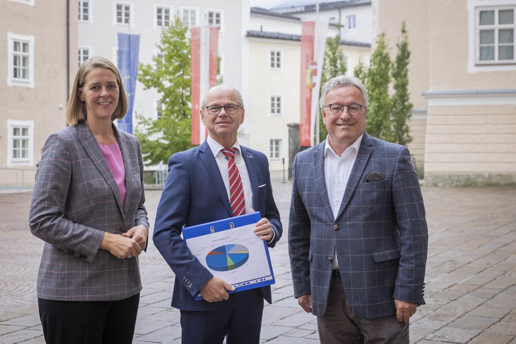 Finanzreferent LH-Stv. Christian Stöckl hat heute mit LR Andrea Klambauer und LH-Stv. Heinrich Schellhorn den Landeshaushalt für 2022 und dessen Schwerpunkte vorgestellt.