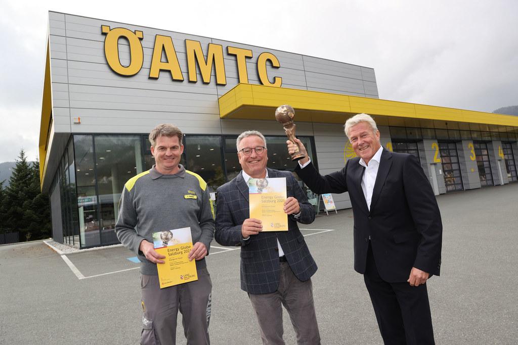 Der ÖAMTC, im Bild LH-Stv. Heinrich Schellhorn mit Stützpunktleiter Peter Niederreiter und Präsident Erich Lobensommer, erhält den Energy Globe in der Kategorie Feuer.