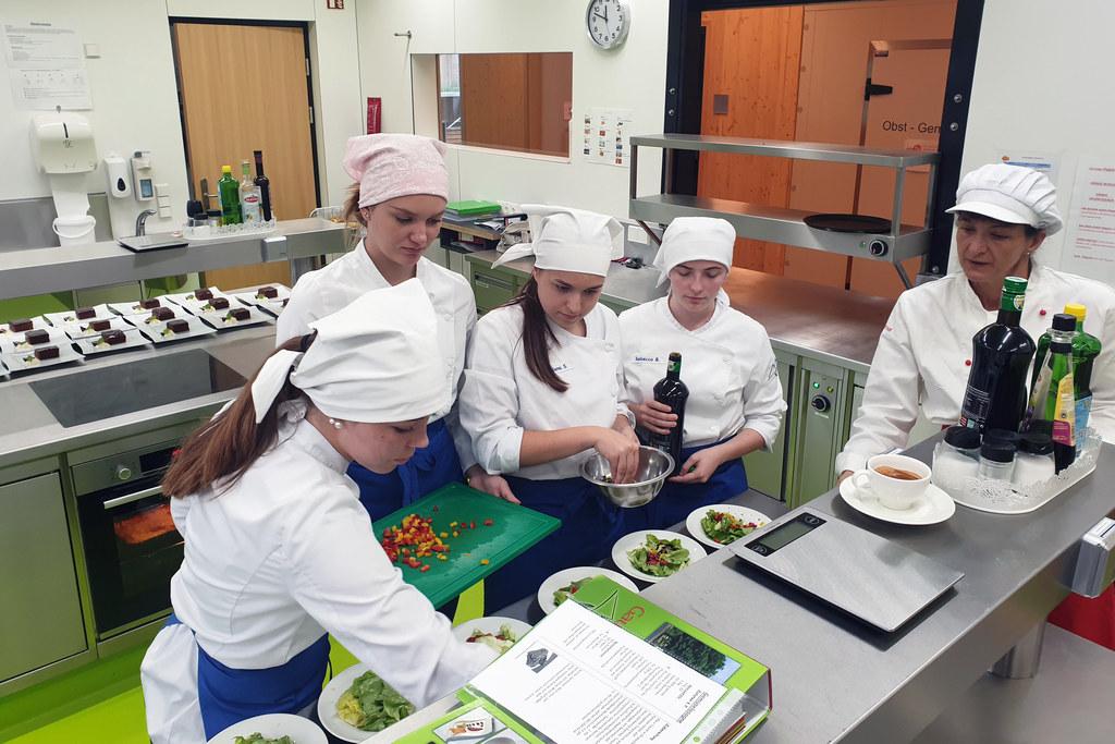 Die Schülerinnen und Schüler freuen sich über eine neue helle und moderne Lehrküche an der Landwirtschaftsschule.